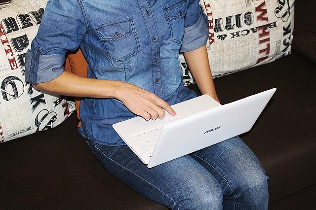 laptop na klíně