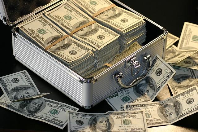 kufr s penězmi