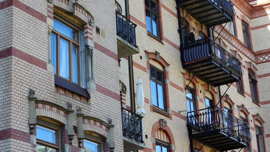 Bytová dom s veľkými oknami postavený z tehál