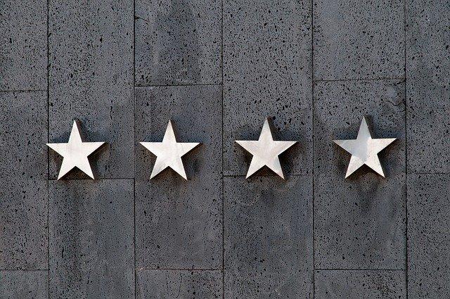 Štyri strieborné hviezdy na stene pokrytej mramorom.jpg
