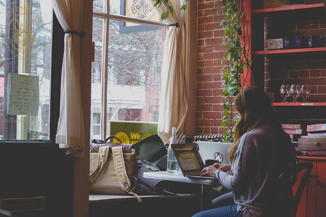 Žena sedí v kaviarni a pracuje na notebooku.jpg
